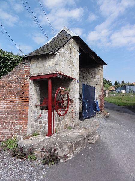 Noyales (Aisne) porche de ferme avec pompe