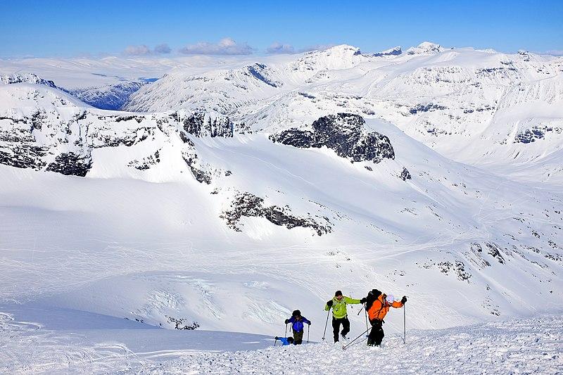File:Off-piste skiers ready for takeoff from Storebjørn peak in Jotunheimen.jpg
