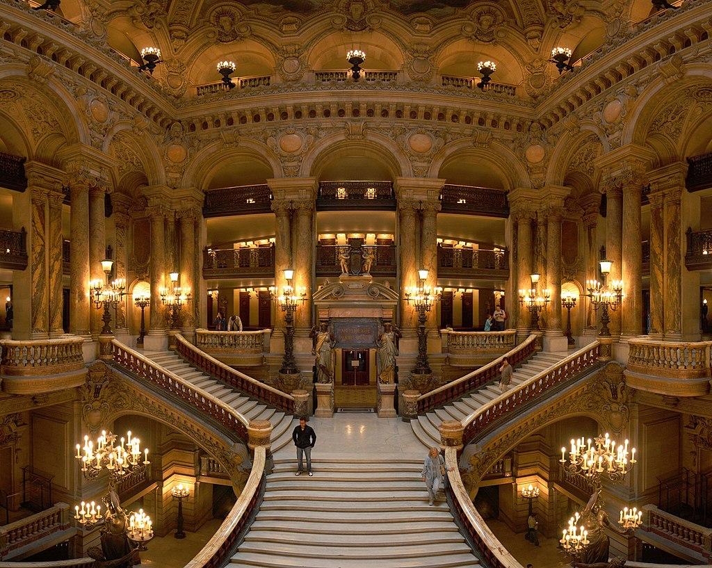 Le grand escalier de l'Opéra Garnier, à Paris (France). Cet opéra est classé comme monument historique depuis le 16 octobre 1923. (définition réelle 2000×1596)