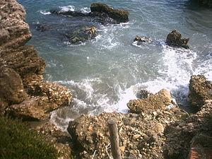 Agua golpeando contra rocas en Nerja
