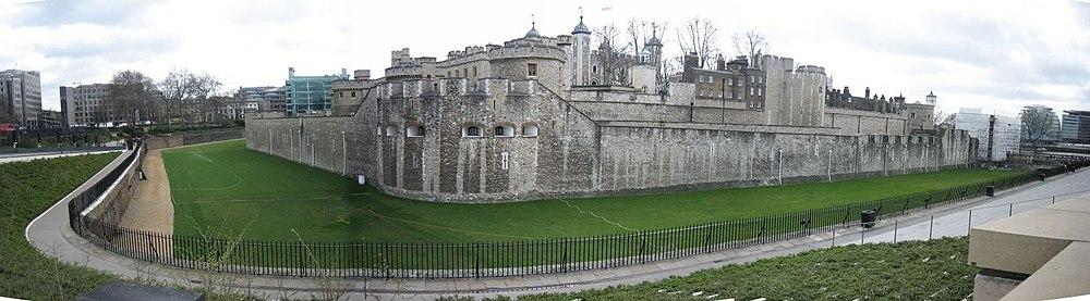 חומת הווילון החיצוני של המצודה. ניתן להבחין בפנים המצודה בחומת הווילון של החלק האמצעי. במרכז ניתן להבחין בתל של לג.