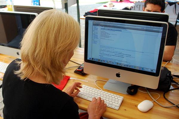 Petra Seeger editing Wikipedia.jpg