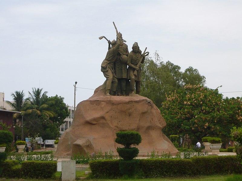 [MALI] - Les monuments sur les ronds-points de Bamako 800px-Place_de_Kontoron_-_Bamako