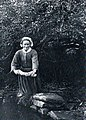 Pont-Croix environs Femme lavant le linge Victor Camus vers 1910.jpg