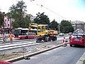 Průběžná, rekonstrukce TT, zastávka Na Hroudě, nakladač.jpg