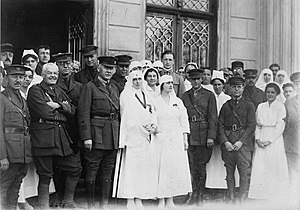 Queen Marie and Princess Elizabeth of Romania with members of American Red Cross Mission outside American Hospital at Roman. LCCN 2017672631.jpg