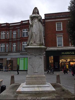 Statue of Queen Victoria, Reading - The statue in 2015