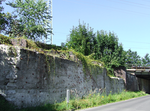 Railway bridge over Klein Ströbitzer Straße (ruined abutments).png