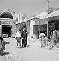 Ramle. Straatbeeld met winkels en winkelend publiek, waaronder een rabbijn. Rech, Bestanddeelnr 255-3868.jpg