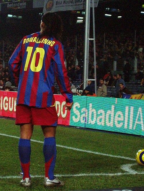 Ronaldinho prestes a bater escanteio no barcelona 377e8f3e5d96b