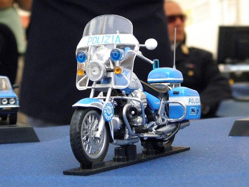 File:Rovigo, festa della Polizia di Stato 2011, modello Guzzi.JPG