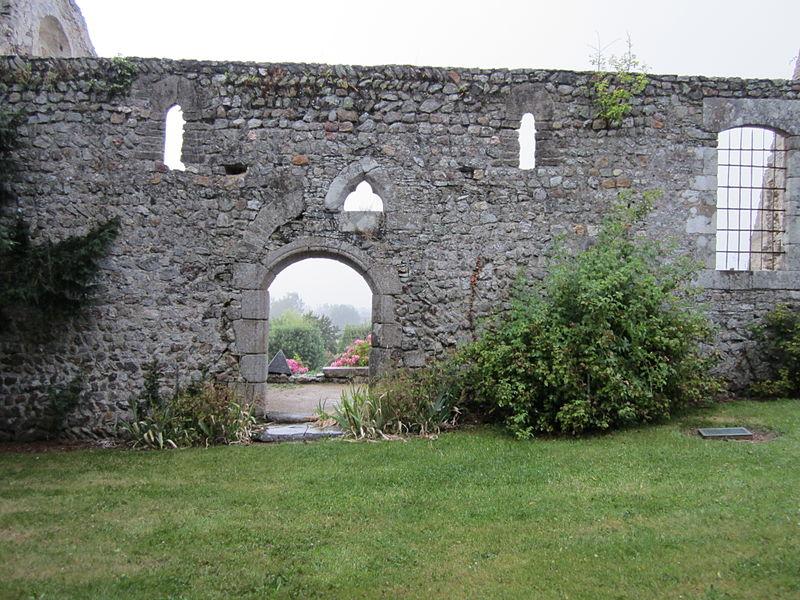 Fr:Saint-Martin-le-Vieux (Manche)  Mur sud en moëllons de schiste de la nef qui présente des assises d'appareil en arête-de-poisson. La porte et la petite baie sur gauche sont romanes. La petite baie trilobée et la grande fenêtre sur droite sont plus tardives, sans doute du XVIe siècle.Les montants des ouvertures sont en granit