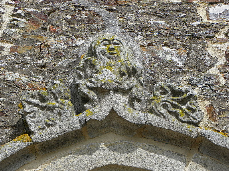 Église Saint-Uniac, commune de Saint-Uniac (35). Archivolte de la porte du croisillon sud.