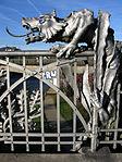 Schnewlinbrücke über die Dreisam und B 31a in Freiburg, Jugendstilgeländer mit Drache 2.jpg