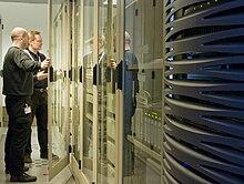Dva muži stojí v přední části břehu počítačů
