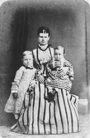 File Statelibqld 1 145959 Mother And Two Children Posing
