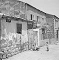 Straat in de wijk Mea Shearim met huishoudelijke bedrijvigheid, Bestanddeelnr 255-2466.jpg
