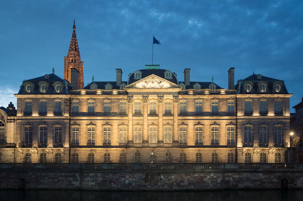 Strasbourg Palais Rohan depuis le quai des Bateliers.jpg