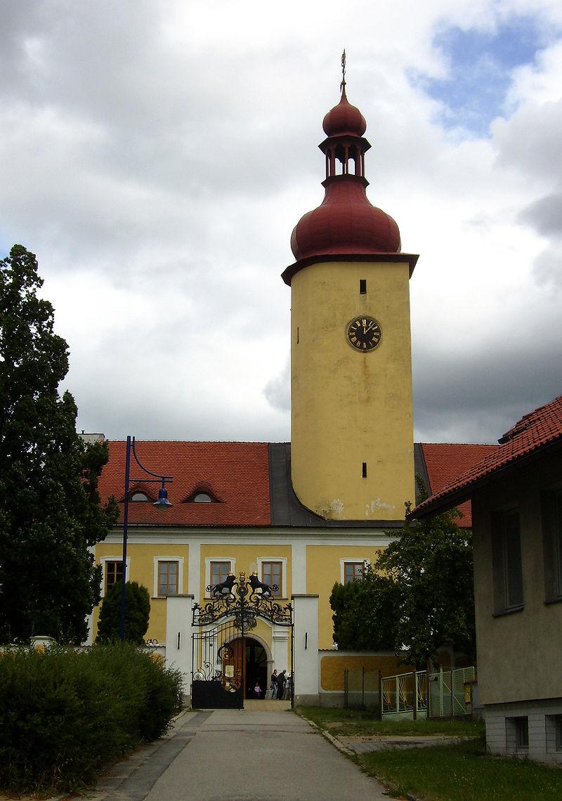 Dominantou zámeckého průčelí je okrouhlá věž s břitem