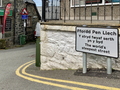 "Street sign for Fford Pen Llech, ""the world's steepest street"", Wales, UK.png"