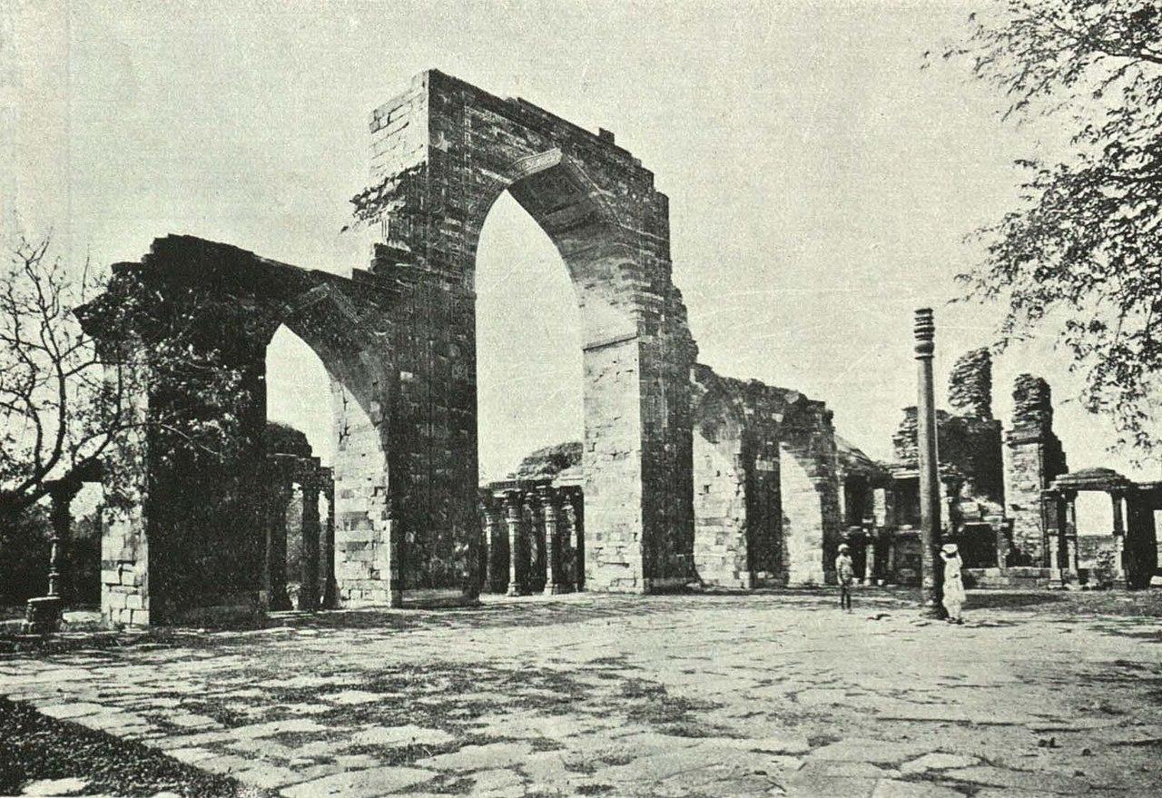 File The Iron Pillar Kutab Minar Delhi Jpg Wikimedia