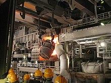 Caricamento di un convertitore a ossigeno nello stabilimento ThyssenKrupp di Duisburg