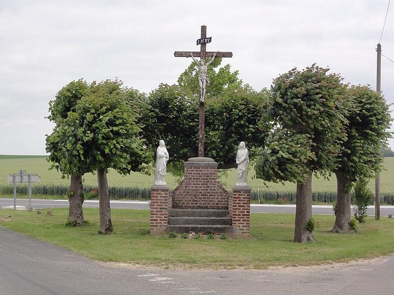Toulis-et-Attencourt (Aisne) croix de chemin - calvaire