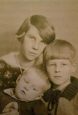Tove Jansson with her brothers.jpg