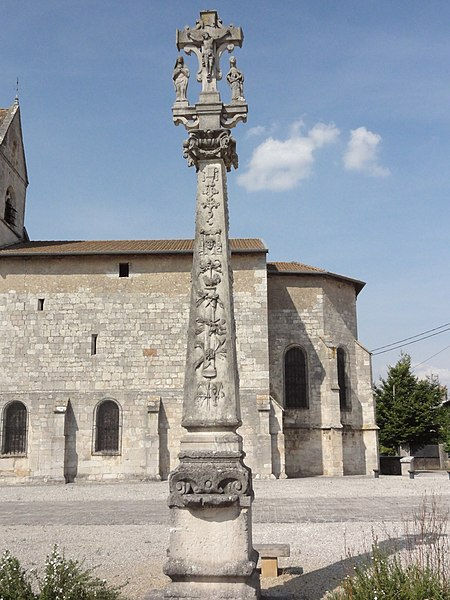 Troussey (Meuse) Croix du parvis, croix et stèle recto