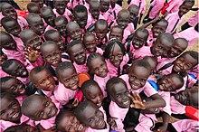 photo en plongée d'un groupe d'enfants d'âge primaire tous vêtus d'un haut rose