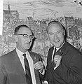 Uitreiking Gouden Harp in Carltonhotel, Eddie Christiani (rechts) en Benedict Si, Bestanddeelnr 918-2063.jpg