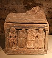 Urnette fittili di produzione chiusina, 210-90 ac ca. 02 scena di congedo con demone funerario.jpg