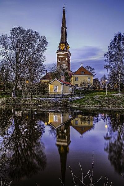 File:Västerås Domkyrka speglar sig i Svartån.jpg