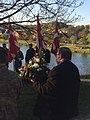 VIceborgmester Søren Rasmussen med krans ved fejring af Danmarks befrielse, 4. maj 2018, ved mindesmærket ved Staldgården i Kolding. (46392217182).jpg