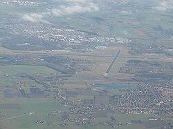 een luchtfoto van de luchthaven