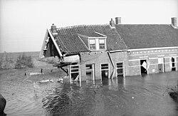 Watersnoodramp 1953 - Zwaar beschadigd huis.jpg
