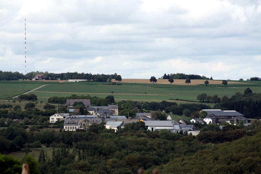 Weiler vu des hauteurs de Nachtmanderscheid, à gauche l'émettteur de Hosingen.