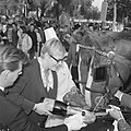 Wereld Dierendag 1965, de paarden krijgen eten bij Hilton-hotel van Ada Kok, Bestanddeelnr 918-2694.jpg