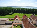 Widok na dziedziniec z eremami (pokamedulski klasztor w Wigrach) 3.jpg