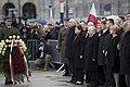 Złożenie wieńca przez delegację z byłym premierem Jarosławem Kaczyńskim na czele.jpg