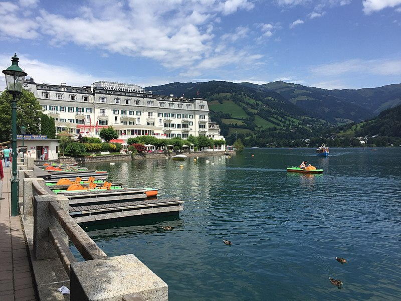 File:Zell am See Grand Hotel i jezioro Zeller See.jpg