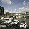 Zicht op de fabriek met omliggende gebouwen, met onder andere het grote witte gebouw De Eiffel, op de voorgrond Het Bassin, de haven - Maastricht - 20386013 - RCE.jpg