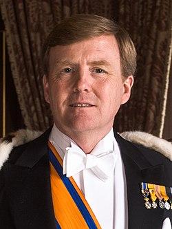 Zijne Majesteit Koning Willem-Alexander met koningsmantel april 2013 (cropped).jpeg