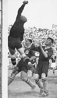 Zwitserse doelman in actie, Nederland-Zwitserland (2-3), WK 1934.jpg