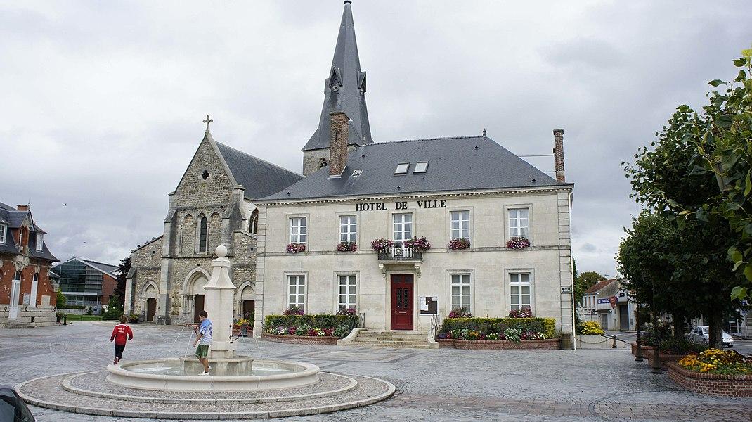 De gauche à droite: vue d'une partie du corps de garde, de la maison des associations (en retrait), de l'Église et de la mairie de Suippes.