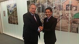 Maliki Osman - Image: Συνάντηση ΥΠΕΞ, Ν. Κοτζιά, με τον Υπουργό Επικρατείας Εξωτερικών και Άμυνας της Σιγκαπούρης, Maliki Osman (Λουξεμβούργο, 4 11 2015) (22772324192)