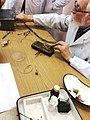 Профессор физиологии ПСПбГМУ имени академика И. П. Павлова В. В. Колбанов демонстрирует студентам опыт Гальвани.jpg