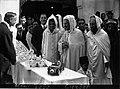 السلطان محمد الخامس مع عبد القادر ابن غبريط في زيارة إلى مسجد باريس الكبير.jpg