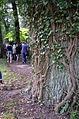 007c05g Pressekonferenz WasserKunst Zwischen Deich und Teich, die Geladenen prozessieren im Park vom Edelhof Ricklingen zum TREIBGUT der Künstlerin Constanze Prelle.jpg