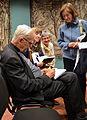 02014 Adam Boniecki signiert auf der Burg zu Sanok seine Bücher.JPG